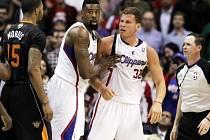 Zleva Marcus Morris (15) z Phoenix Suns, DeAndre Jordan a Blake Griffin (32) z týmu Los Angeles Clippers.