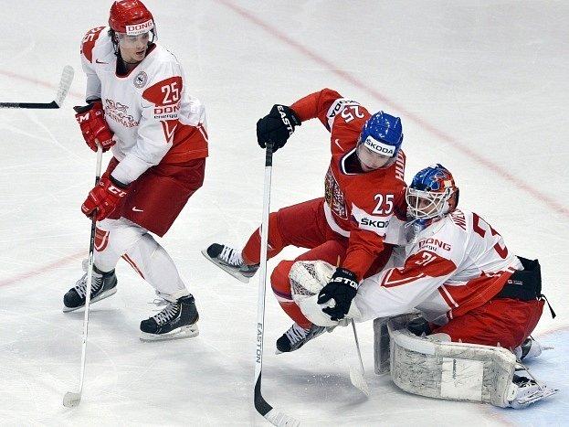 Jiří Hudler (uprostřed) se snaží překonat brankáře Dánska Simona Nielsena (vpravo), akci sleduje Oliver Lauridsen.