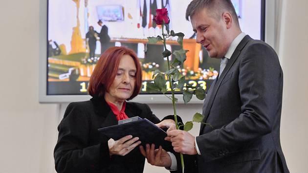 Dana Huňátová, která od prosince 1989 působila jako vedoucí kabinetu nově jmenovaného ministra zahraničí Jiřího Dienstbiera, převzala 18. listopadu 2019 v Praze od ministra zahraničí Tomáše Petříčka (vpravo) ocenění Za zásluhy o diplomacii
