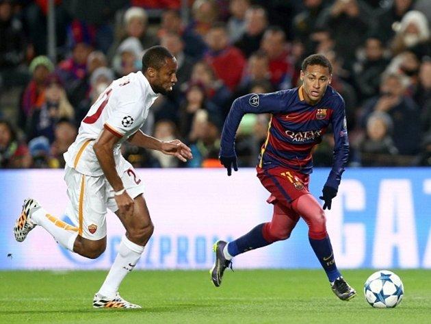 Neymar z Barcelony (vpravo) a Seydou Keita z AS Řím.
