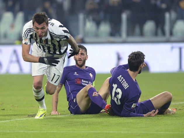 Mario Mandžukič z Juventusu (vlevo) se raduje z gólu proti Fiorentině.