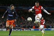 Lukas Podolski z Arsenalu (vpravo) proti Montpellieru.