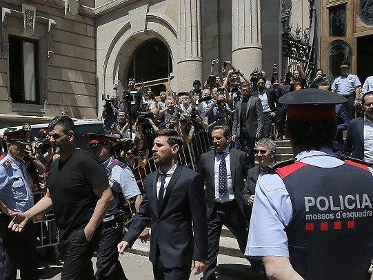 Lionel Messi odchází od soudu.