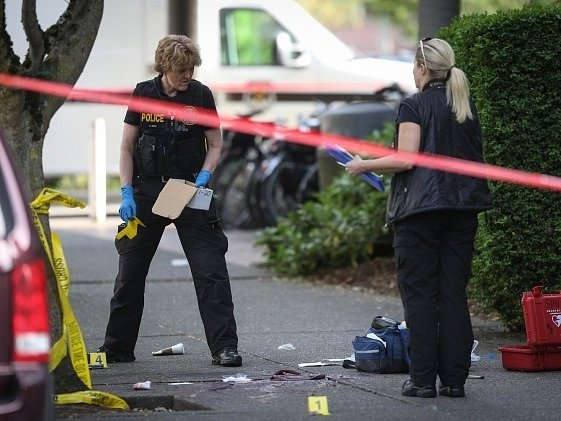 Policie ohledává místo střelby na univerzitě v Seattlu.