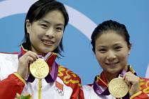 Wu Min-sia (vlevo) se zlatou medailí z OH v Londýně.
