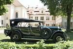 Walter P IV. 9 z roku 1927, vystavovatel Stanislav Karger. Stará architektura se v Loučni snoubí s krásou starých automobilů