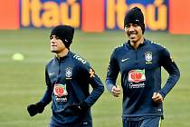 Brazilské hvězdy jsou v Praze. Zleva Philippe Coutinho a Roberto Firmino nasadili na trénink v Edenu kulicha.