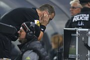 Fotbalový rozhodčí Pavel Julínek sleduje video ze sporného okamžiku.