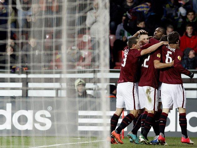 Fotbalisté Sparty se radují z vyrovnávacího gólu Josefa Hušbauera proti Lyonu.