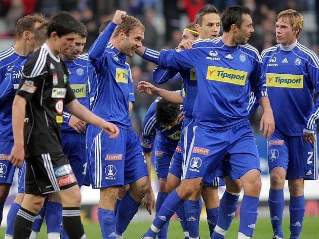 Fotbalisté Olomouce se radují z gólu.