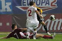 Zdeněk Pospěch (v bílém) střílí gól v přípravném zápase s Lotyšskem.
