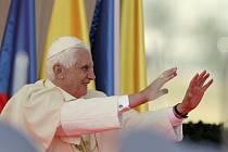 Papež Benedikt XVI. na letišti v Praze.