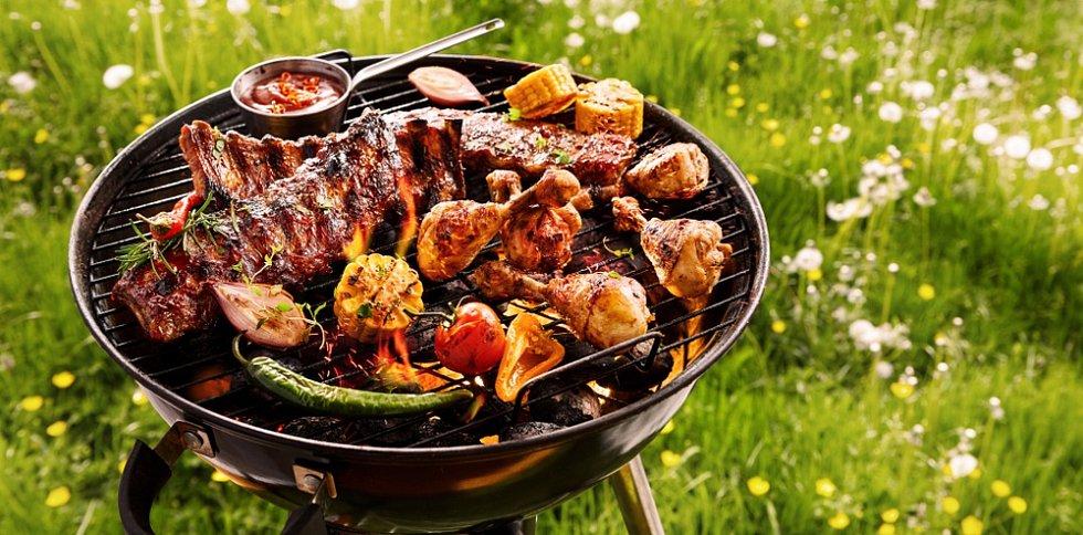 Nejpopulárnější surovinou ke grilování je v tuzemsku maso. Obchodní řetězce jej nabízejí zejména přes léto v akčních slevách.