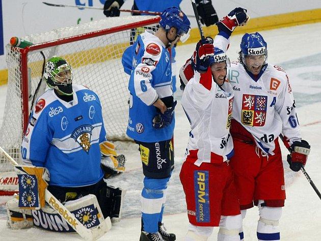 Petr Čajánek (druhý zprava) se raduje se svým spoluhráčem Jaromírem Jágrem z vítězného gólu v utkání proti Finsku, který padl v prodloužení.
