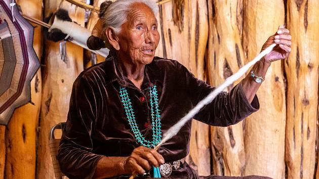 Stará navažská žena vyfocena ve vstupní budově do kmenového parku.