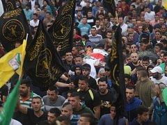 Obrovský dav lidí na pohřbu ve východním Jeruzalémě.