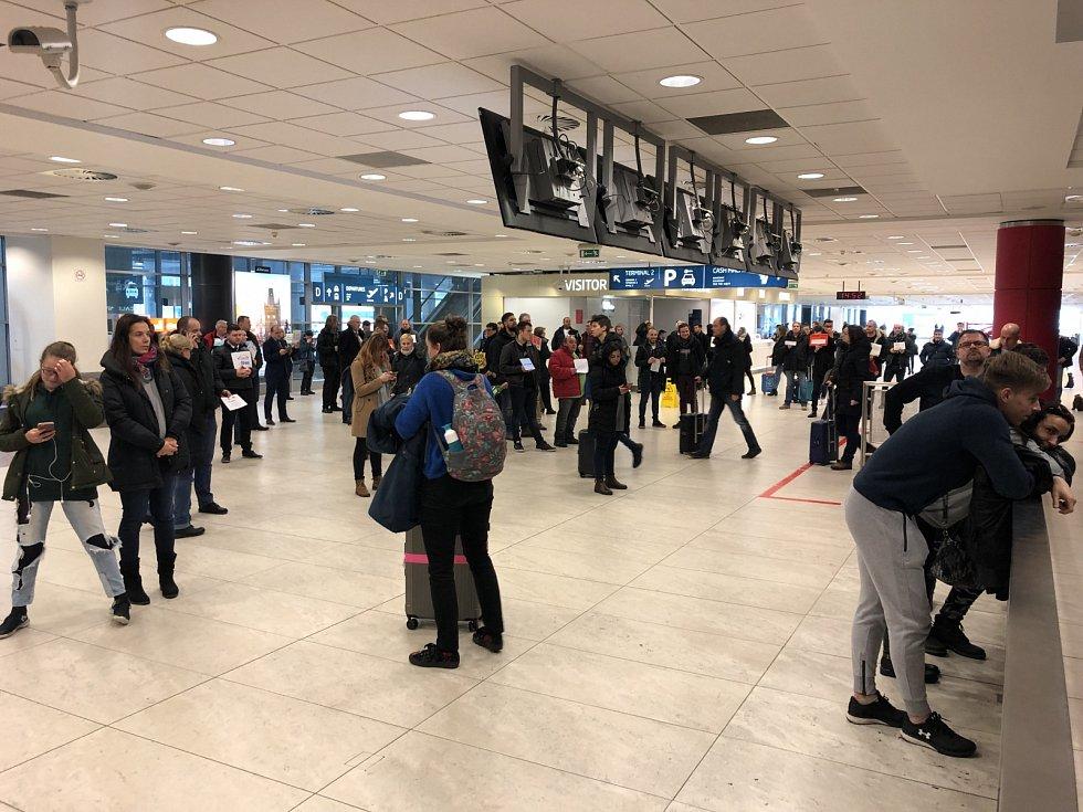 Lidé na pražském letišti čekají na další informace o zpožděných či zrušených letech