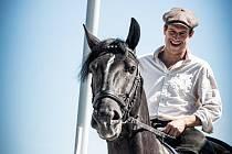 Herec Martin Kraus provede Českem na koňském hřbetu