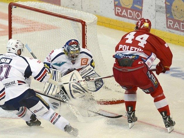 Slávista Poletín atakuje Kostúrovu branku.