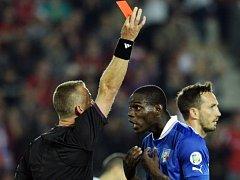 Norský rozhodčí Svein Oddvar Moen udílí Mario Balotellimu z Itálie červenou kartu.