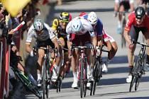 Peter Sagan (vlevo) na Tour de France strčil loktem v závěrečném spurtu Marka Cavendishe.