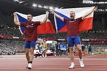 OŠTĚPAŘI Vítězslav Veselý a Jakub Vadlejch takhle slavii své medaile na hrách v Tokiu. Ve středu přijedou do Ústí nad Orlicí.