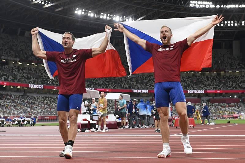 Stříbrný oštěpař Jakub Vadlejch a jeho bronzový kolega Vítězslav Veselý slaví senzační úspěch na hrách v Tokiu