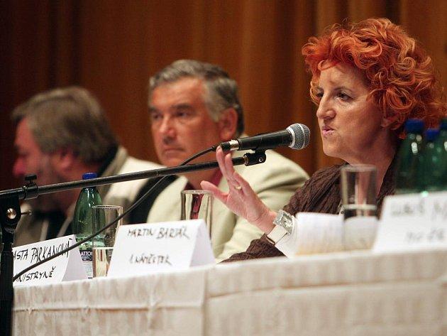 Ministryně obrany Vlasta Parkanová (vpravo) na jednání starostů a zástupců vlády ve Strašicích.