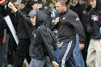 Policie udeřila na extrémisty, provedla razie a zadržela deset lidí. Neonacisté dokonce vyhrožovali dětem premiéra Fischera (je Žid) a ministra Peciny (kvůli Dělnické straně).