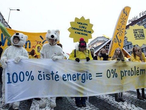 Účastníci pochodu Za klimatickou spravedlnost a zelenou pracovním místům konaný v předvečer klimatické konference v Paříži vyšli 29. listopadu z Václavského náměstí k Petřínské rozhledně.