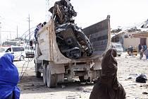 Vrak auta, které bylo použito při bombovém útoku v somálském Mogadišu