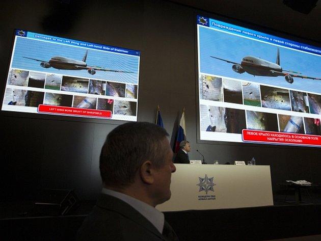 """Jako """"nepřesné"""" a """"nepodložené"""" kritizují ruské úřady závěry nizozemských vyštřovatelů, podle kterých malajsijský boeing s téměř třemi stovkami lidí na palubě v červenci 2014 sestřelila nad východní Ukrajinou ruská protiletadlová raketa Buk."""