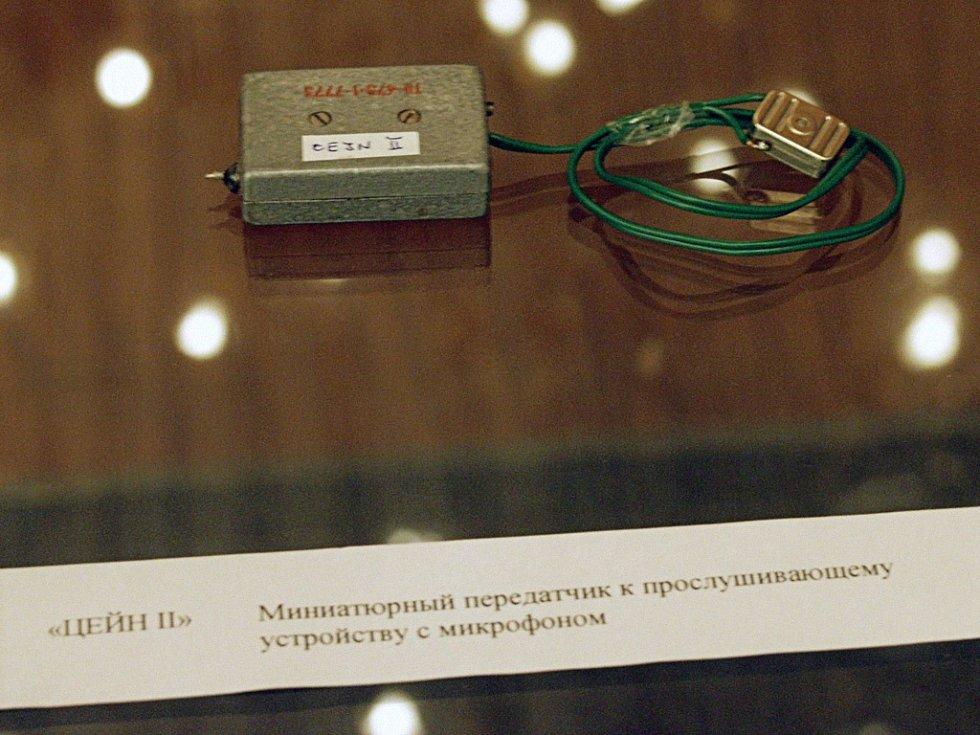 """Pověstné """"ucho"""" proslavené stejnojmenným filmem režiséra Karla Kachyni, opět vystavené v Českém centru v Moskvě v roce 2003"""
