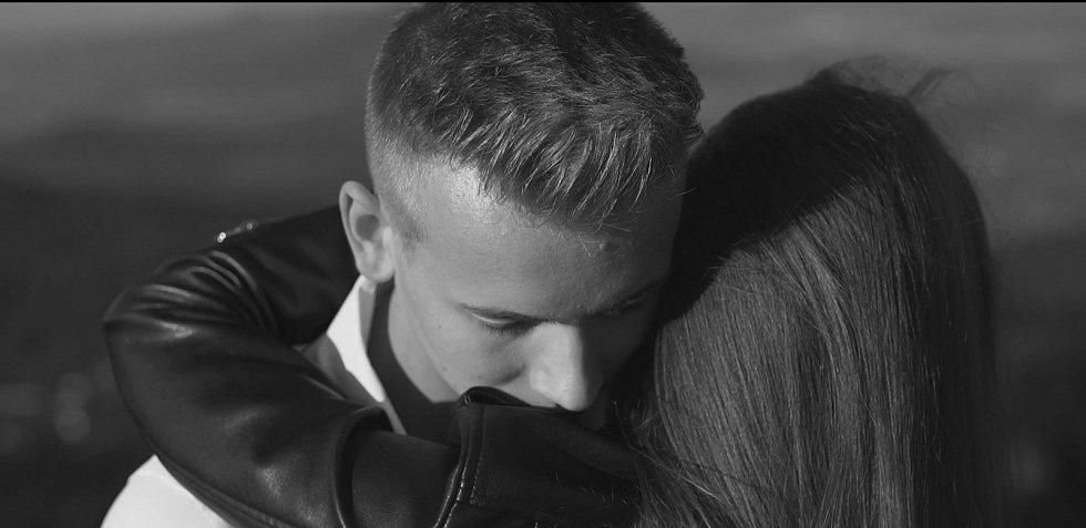 Timmy White s filmovou partnerkou v klipu k písni Never Stop Trying na Varhošti