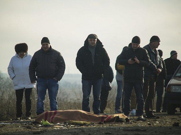 Nejméně čtyři oběti z řad civilistů, včetně jedné ženy, si dnes ráno vyžádal výbuch miny, na kterou najel mikrobus při překračování frontové linie mezi ukrajinskými vojáky a proruskými separatisty.