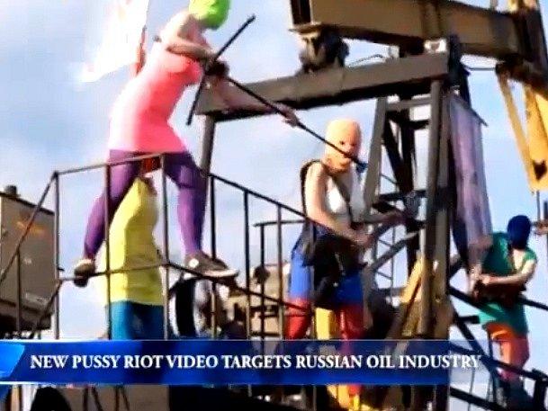 """Pussy Riot natočily další video útočící na Putinův režim. Jmenuje se """"Jako v rudém vězení""""."""