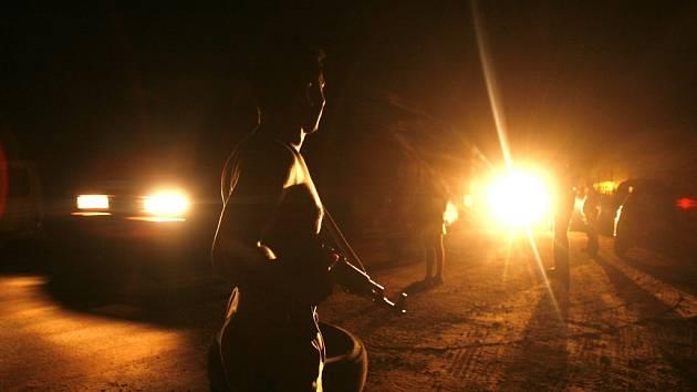 Vojáci zastavují vozidla po útoku tamilských Tygrů.