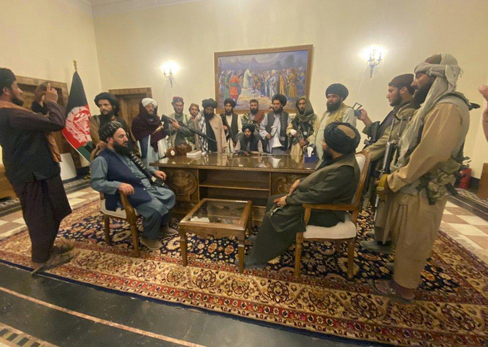 Bojovníci Tálibánu v prezidentském paláci v Kábulu