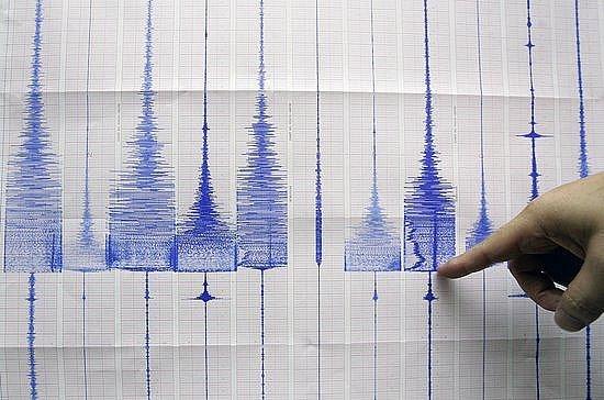 Nejméně 15 lidí zahynulo a zhruba 5000 dalších muselo být evakuováno ze západní oblasti hustě osídleného indonéského ostrova Jáva, kterou zasáhlo silné zemětřesení.