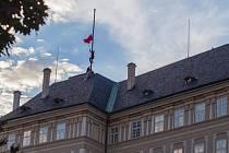 Performeři ze skupiny Ztohoven vyvěsili na Pražském hradě obří červené trenky, a to na místě, kde se běžně nachází vlajka prezidenta republiky.