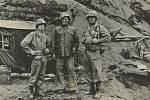 Zleva plukovník Robert E. Hogaboom, generál Graves B. Erskine a plukovník John B. Wilson v únoru 1945 na Iwodžimě