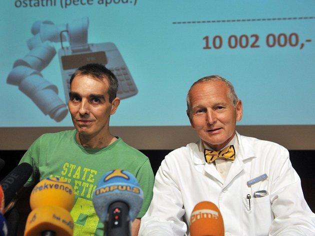 První muž bez srdce Jakub Halík (vlevo) s kardiologem Janem Pirkem, který mu se svým týmem vyoperoval srdce s nádorem.