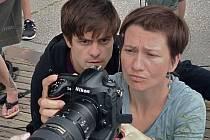Jiří Mádl s kameramankou Editou Kainrathovou a zrcadlovkou při natáčení svého filmu.