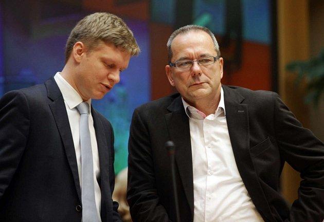 Pražští zastupitelé rozhodli ve čtvrtek 23.května o odvolání primátora Bohuslava Svobody. Na snímku Jiří Vávra vpravo a Tomáš Hudeček.