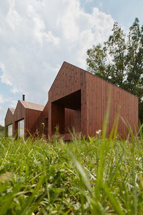 Dům udivuje extrémní jednoduchostí, působí naprosto přirozeně, jako kdyby u rybníka stál odjakživa.