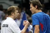 Andrej Goljubov (vlevo) porazil v důležitém souboji Tomáše Berdycha.