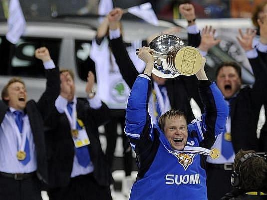 Hokejisté Finska se stali podruhé v historii mistry světa. Ve finále 75. světového šampionátu na Slovensku zdolali Švédsko vysoko 6:1.