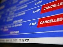 Příletová tabule na newyorském letišti La Guardia. Někteří z Britů budou možná brzy přistávat s americkým vízem v pase.