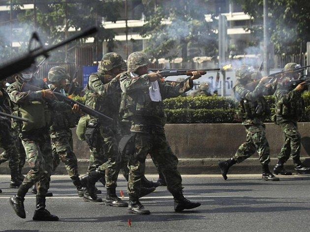 Armáda v Bangkoku zakročila proti demonstrantům.
