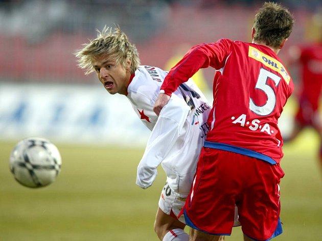 Slavia prohrála v Brně. Na snímku v souboji hostující Jaroslav Černý (vlevo) s Lukášem Marečkem.